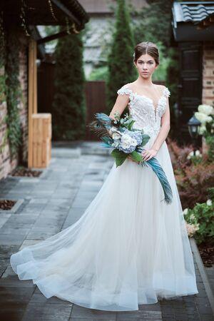 Beautiful bride posing in her wedding day 免版税图像