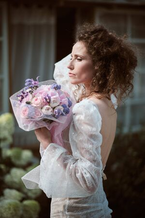 Portrait of young happy bride with bouquet Standard-Bild