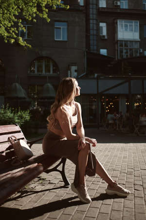 fashion portrait of young stylish beautiful woman in a urban background Stockfoto