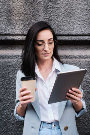 serious businesswoman holding tablet and cofeein a urban background Stockfoto