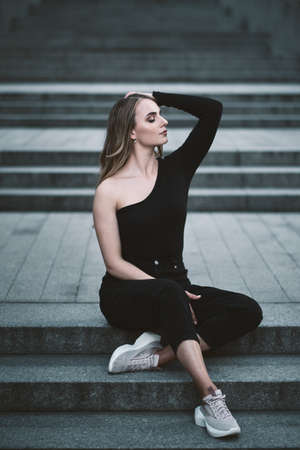 fashion portrait of young stylish beautiful woman in a urban background Stockfoto - 152799317