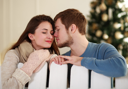 hombre con barba: joven pareja de ensue�o en el amor en el estudio en casa Foto de archivo