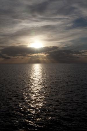 rimpeling: dramatische zonsondergang tonen de entiteit van water en lucht Stockfoto