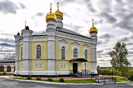 righteous: Temple of Simeon the Righteous with gold baths, part of the gallery, trees, forest against the backdrop of an overcast sky with clouds (Simeon Compound Novo Tikhvinsky nunnery in with. Merkushino Verkhotursk district, Sverdlovsk region)