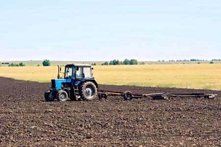 arando: Tractor arado de ruedas