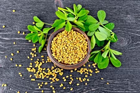 Fenugreek with leaf in bowl on board top Standard-Bild