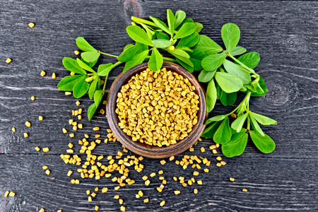 Fenugreek with leaf in bowl on board top Banque d'images