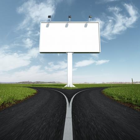 cruce de caminos: Muestra en blanco autopista y la carretera con un tenedor