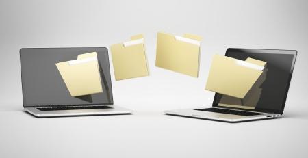 overbrengen tussen twee laptops geïsoleerd op een witte achtergrond Stockfoto