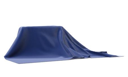 discreto: misteriosa caja cubierta con una tela azul aislado en un fondo blanco