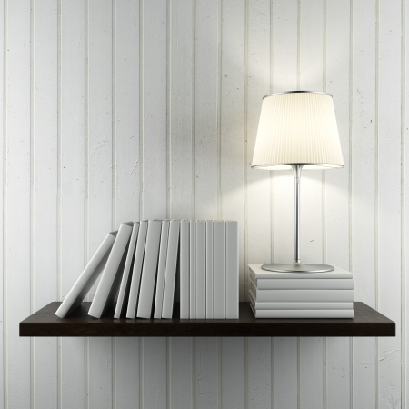 書籍と白い壁の上にランプが付いている棚