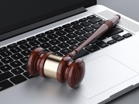 jurado: martillo de madera en la computadora portátil. 3d