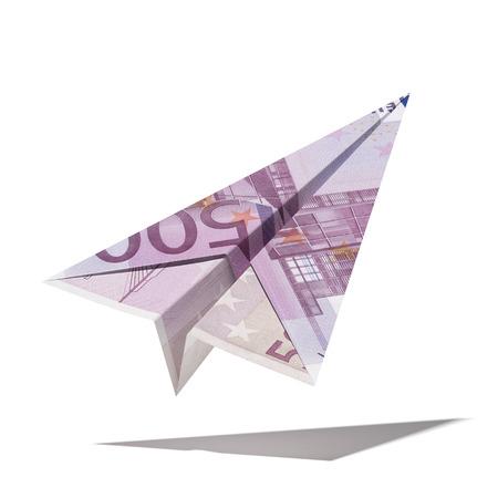 banconote euro: aereo di carta fatto con un disegno di legge di euro isolato su uno sfondo bianco. Rendering 3D