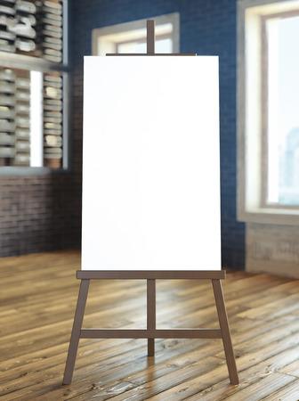 schildersezel met leeg canvas in het interieur