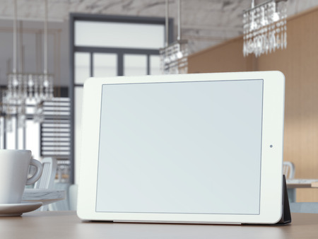 usando computadora: Tableta digital con pantalla en blanco en la mesa de caf� Foto de archivo