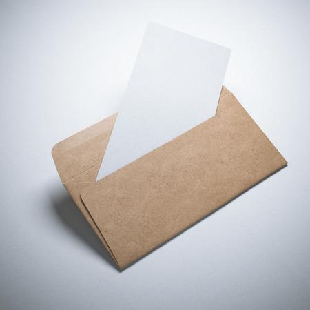 Kraft papieren envelop met een blanco vel