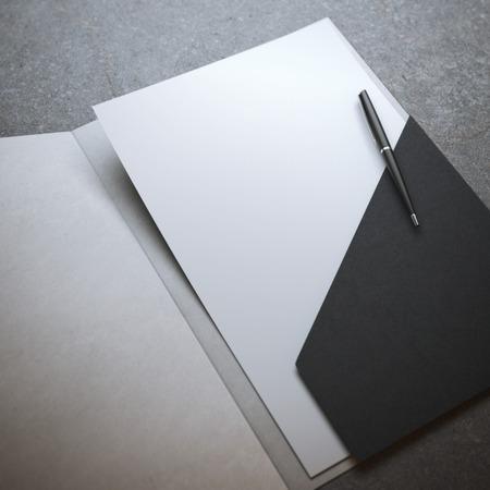 펜이 달린 검은 색 폴더