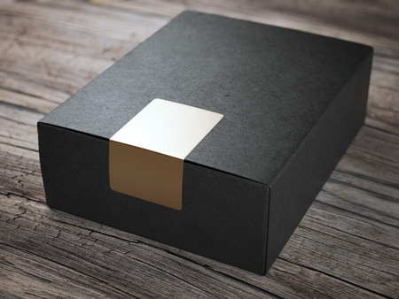 cajas de carton: Cuadro negro con la etiqueta engomada de oro Foto de archivo