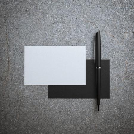 2 つのビジネス カードとペン