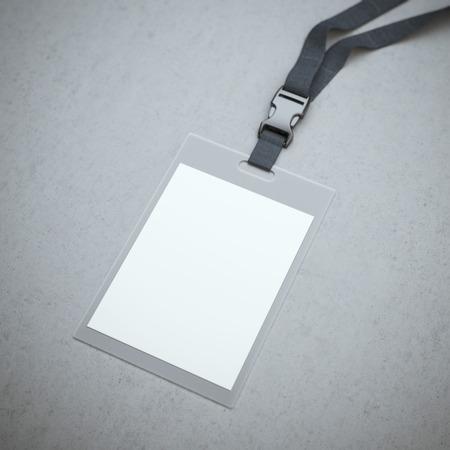 Blanco badge met nekband op de betonnen vloer