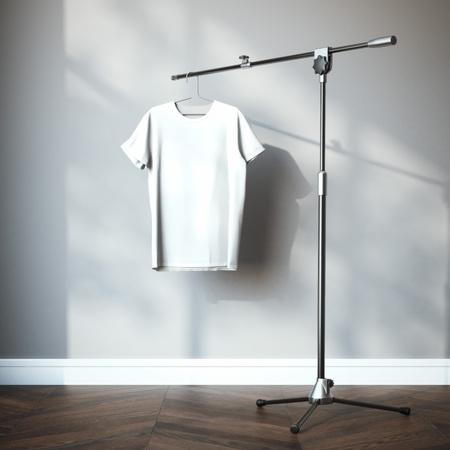 blanc: T-shirt blanc accroché sur le trépied. Rendu 3d