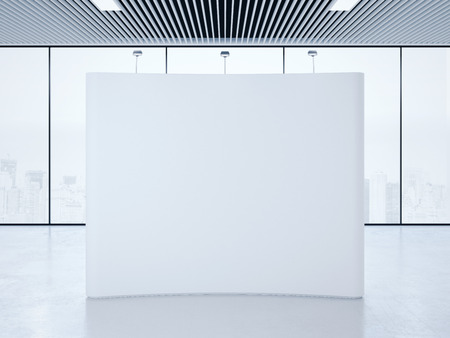 obchod: Bílým prázdný veletrhu stánek v jasném interiéru. 3d rendering Reklamní fotografie