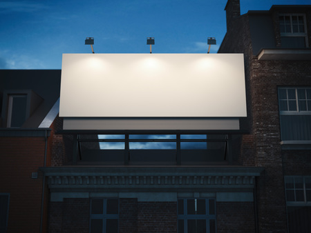 Fachada: Cartelera en blanco que se coloca en edificio clásico en la noche oscura. Las 3D Foto de archivo