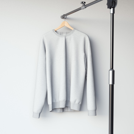 sudadera: Sudadera gris en blanco en suspensión del metal moderno. Las 3D