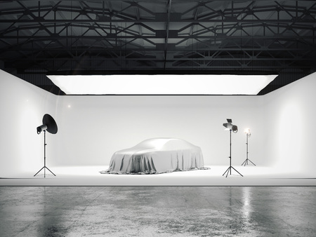 Grote fotografische studio met een auto en verschillende lichtbronnen. 3D-rendering