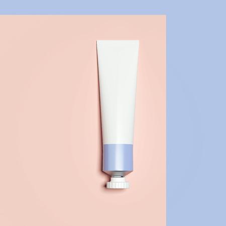 Lila kosmetisches Rohr. 3D-Rendering Standard-Bild - 91138432