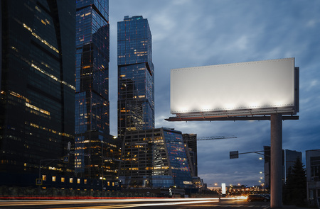 Leeg reclamebord bij schemering naast wolkenkrabbers. 3D-weergave