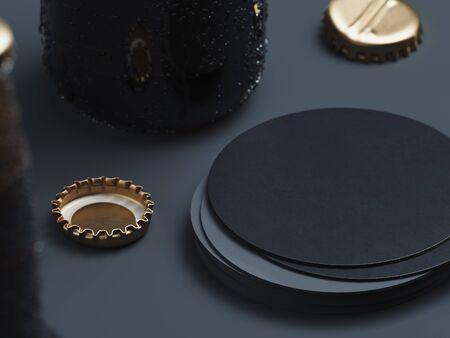 Lege ronde zwarte bierviltje stapel mock up en bierdoppen op zwarte achtergrond. 3D-rendering