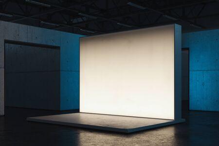 Cartello o tabellone per le affissioni o parete della tela bianca in bianco illuminato in showroom, rappresentazione 3d