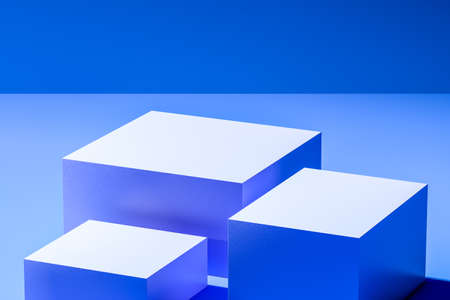 Showcase for advertising and product presentation. White blank cubes on bright blue background. Abstract product display. Copy space. Empty space. Realistic 3d rendering Banque d'images