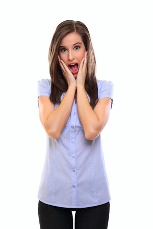 femme bouche ouverte: surpris de jeune femme brune
