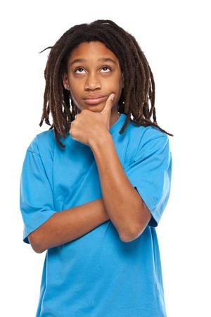 niños pensando: pensamiento joven niño africano en el estudio Foto de archivo