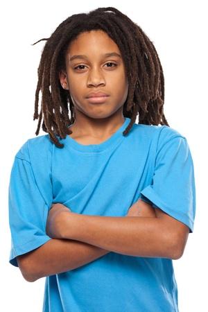 jungen afrikanischen Jungen, der an die Kamera