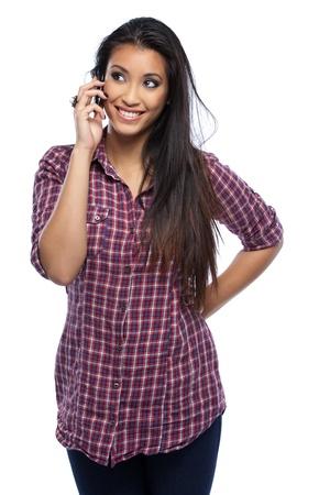 mujer asi�tica hermosa posando con tel�fono m�vil en el estudio