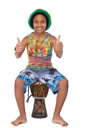 junge Afro Rasta-Mann mit seiner conga Standard-Bild