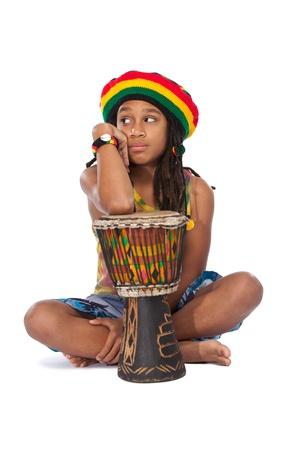 niños pensando: hombre afro joven aislado en blanco