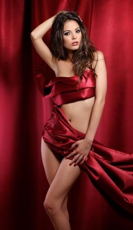 sexy Frau in rotem Stoff umwickelt