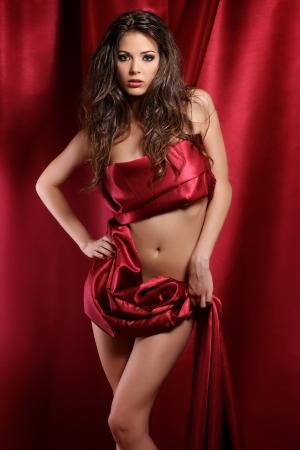 schöne Frau in rotem Stoff