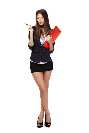 minifalda: hermosa empresaria con la carpeta de color rojo y de pie en el estudio de la pluma