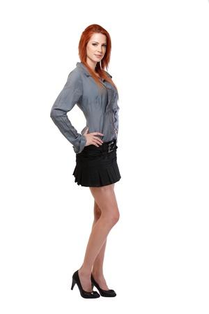 faldas: mujer bonita con el pelo rojo posando en estudio