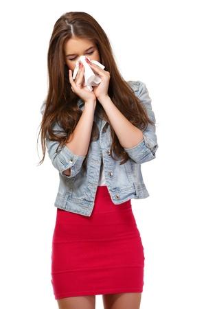 estornudo: mujer joven tiene alergia y sonándose la nariz Foto de archivo
