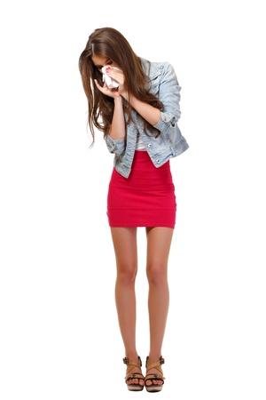alergenos: mujer joven tiene alergia en el estudio