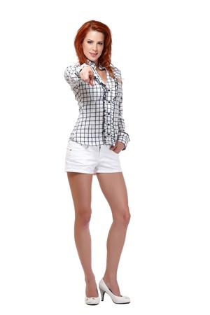 belles jambes: belle jeune femme aux cheveux rouges dans le studio