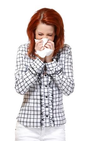 Frau bläst ihre Nase isoliert auf weiß