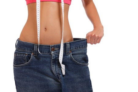 jeans apretados: mujer delgada posando sobre fondo blanco