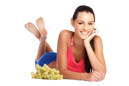 adolescente linda morena posando con frutas sobre fondo blanco Foto de archivo